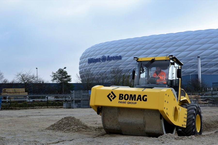 Rodillos autopropulsados Bomag en la construcción del aparcamiento del estadio Allianz Arena